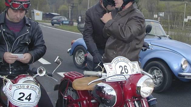 Lidé se mohou  s historickými vozidly z vyšebrodského setkání o víkendu potkat i na silnici.