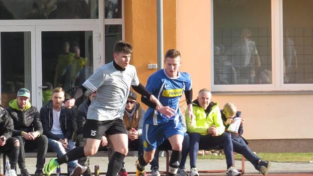 Pavla Kokeše na míči stopuje Robert Daniel.
