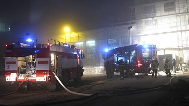 Časně nad ránem se nejprve zaměstnanci JIP a poté hasiči pokoušeli uhasit požár v jedné z výrobních hal papíren ve Větřní.