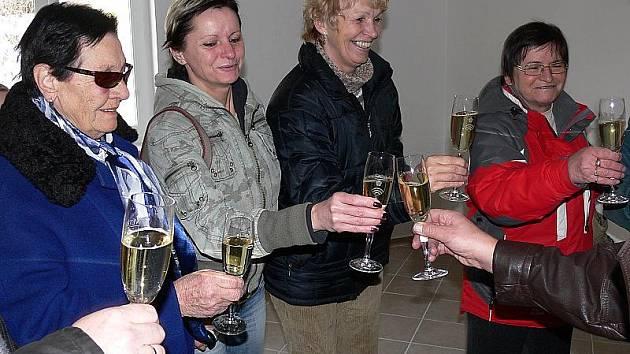 Ten nejlepší možný dárek k Vánocům dostali nájemníci domu Na Žofíně ve Větřní. Starosta obce Jiří Kubík jim včera předal klíče od nového bydlení.