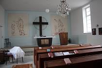 Farář církve československé husitské Karel Filip v modlitebně chystal letní ubytování pro poutníky.