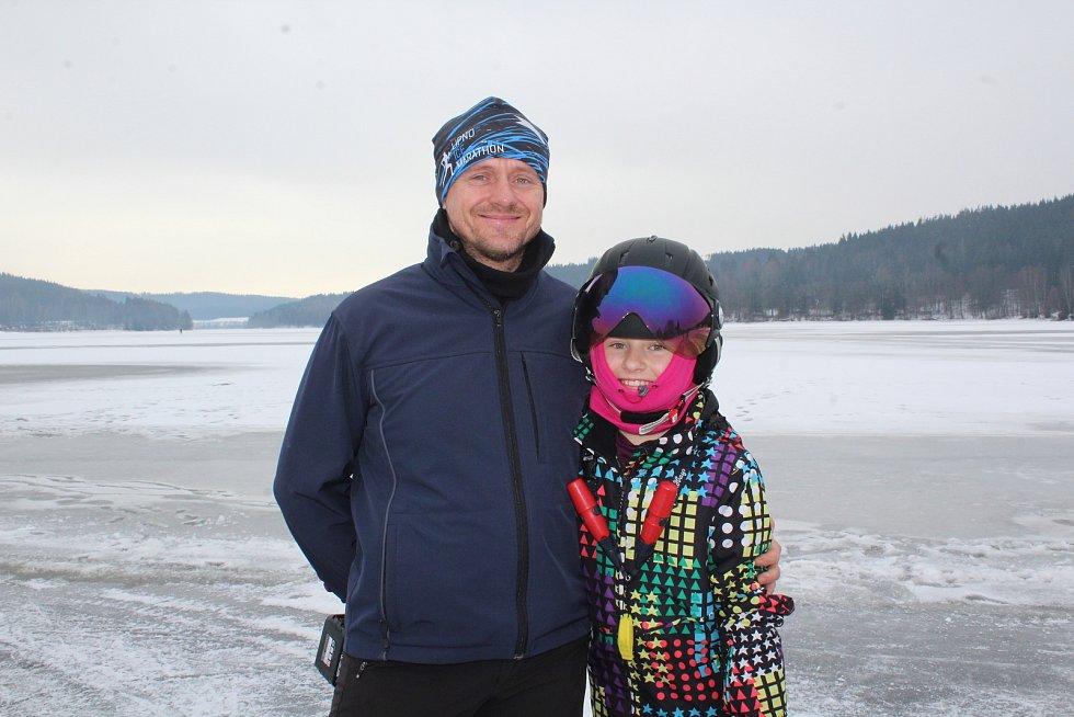 Antonín Labaj (na snímku s dcerou) led k bruslení připravuje ve Frymburku.
