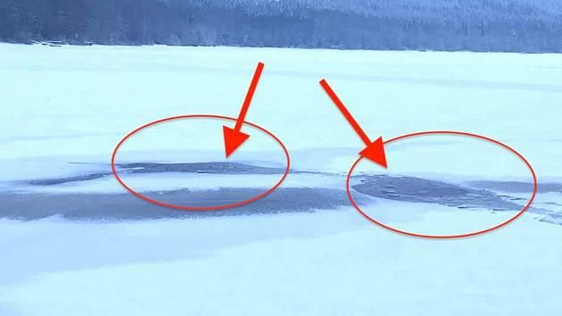 Díry v ledu lipenského jezera, kde se v neděli propadl běžkař. Měl veliké štěstí, že se mu odtud podařilo dostat.