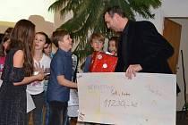 Zástupce nadace Pink Bubble Zdeněk Gottfried (vpravo) převzal od žáků 5.B třídy ZŠ Křemže originální šek na částku 11230 korun, která pomůže splnit sen nemocným dětem Sebastianovi, Pavlovi a Veronice.