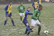 Podzimní vzájemný duel českokrumlovští fotbalisté doma za hustého sněžení vyhráli 3:2, ale odvetu s Doubravkou vůbec nezvládli (vpravo palič Beránek před doubraveckým Řezáčem).