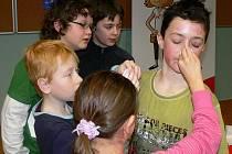 Děti ze 4. A v úterý maskovaly některé své spolužáky za energožrouty. Co to je vlastně za stvoření, kterých se mnozí tak bojí? Podle některých školáků je to příšera, která vysává v domácnostech veškerou elektrickou energii.