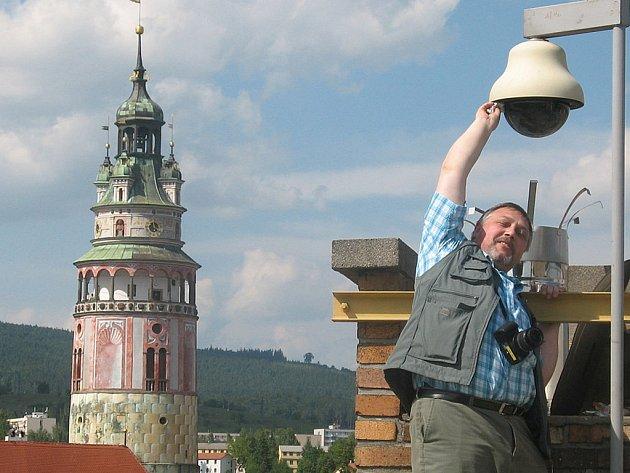 Kameru na střeše ZUŠ čistí Tibor Horváth.