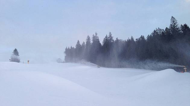 Děla na Hochfichtu chrlí sníh.