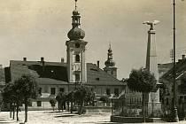 Snímek Josefa Seidla zachycuje kaplické náměstí někdy mezi lety 1920 a 1925. Dokazuje, že kašna tehdy stávala uprostřed. Rovněž zde byl morový sloup s orlicí a mezi kašnou a radnicí socha Jana Nepomuckého.
