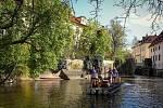 Nepomucký na krumlovském voru dorazil na poutní plavbě Po stopách vltavských plavců 2021 do Prahy.