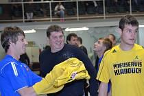 Bombarďáci pod taktovkou trenéra Pavla Šilhana (uprostřed) si musí na historickou účast ve Final Four počkat. V rozhodující třetí bitvě se Zlínem nedali Jihočeši ani gól, když naprázdno vyšel i nejlepší střelec základní části Václav Cais (vlevo).