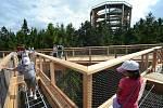 Stezka korunami stromů na Lipně  nenabízí jen úchvatné výhledy do okolí. Návštěvníci všeho věku si tady mohou vyzkoušet i množství adrenalinových atrakcí, které vznikly podél bezbariérové stezky.