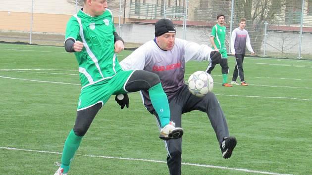 K přesvědčivému vítězství favorita nasměroval kaplický matador Petr Janura (vpravo v souboji s třeboňským Janem Kučerou), jenž  v rozmezí 23. až 77. minuty dal tři góly.