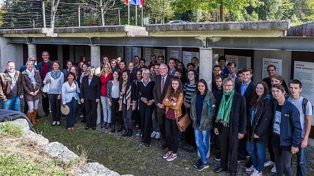Gymnazisté připojili v Guglwaldu k pamětním deskám i český překlad.