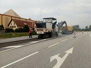 Ve středu začalo ŘSD frézovat polovinu hlavního tahu mezi hranicemi a Dolním Dvořištěm.