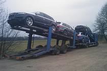 Zbrusu nové auto zmizelo do rána z návěsu kamionu, který parkoval na Holkově.