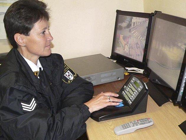 Monitory systému sleduje strážnice Zdeňka Vačková.