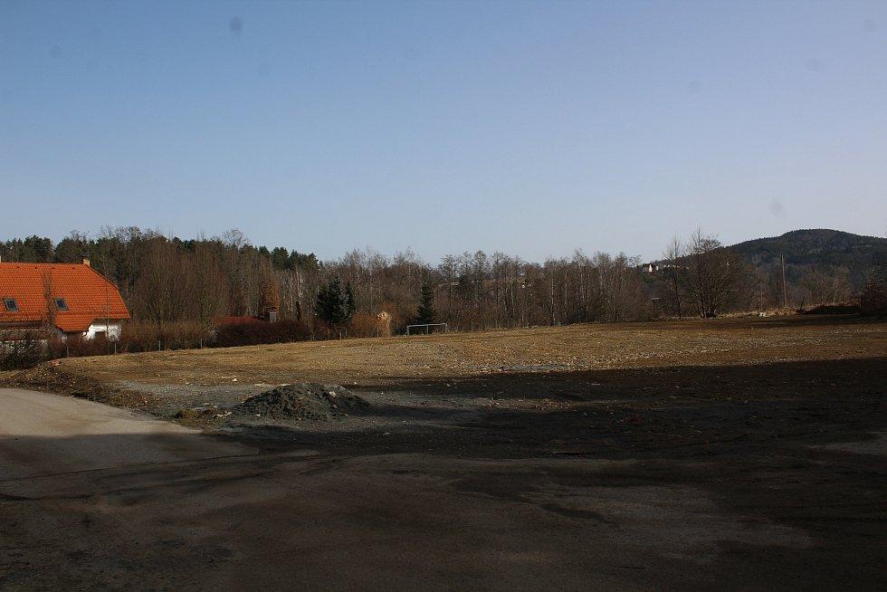 Tady ještě před nedávnem stála sportovní hala. Teď po ní není vidu.  Foto: Deník/ Zuzana Kyselová