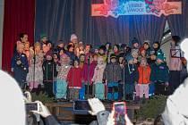 Děti z českokrumlovských mateřinek zpívaly koledy na náměstí.