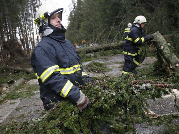 Na silnici mezi Frymburkem a Černou v Pošumaví museli zasahovat hasiči.