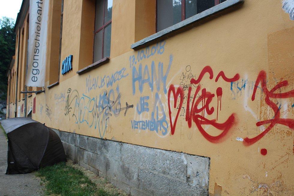Sprejeři pomalovali zdi budovy v sousedství Vltavy náležející Egon Schiele Art Centru. Dá se to považovat za pouliční umění?