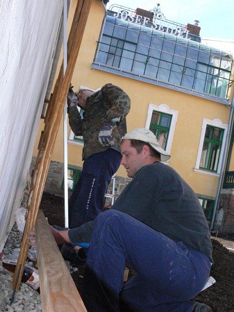 Na rekonstrukci se podíleli odborníci z Čech i zahraničí. Na snímku Petr Jindra a Martin Gondek při exteriérových finálních úpravách tohoto týdne.