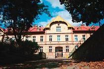 Budova školy na ulici Jiráskově.