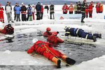 Záchranáři dobře vědí, co zachrána člověka z prolomeného ledu znamená.