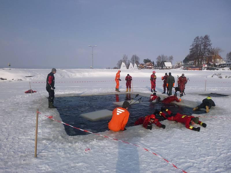 Kurz záchrany z ledu v Černé v Pošumaví.