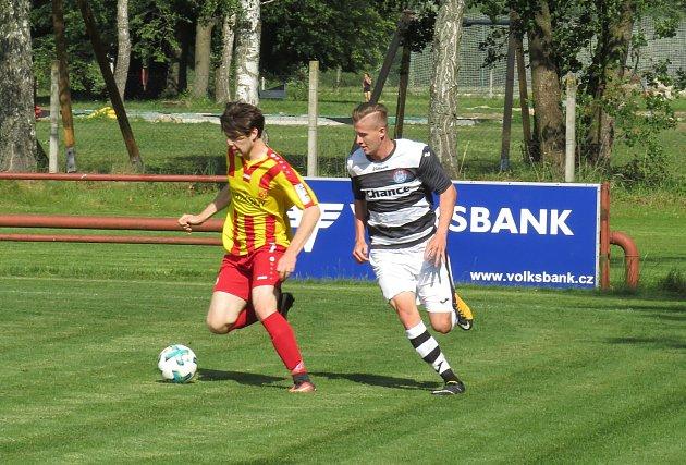 Oblastní I.B třída (skupina A) - 25. kolo: FK Spartak Kaplice (černobílé dresy) - Sokol Chvalšiny 9:2 (4:1).