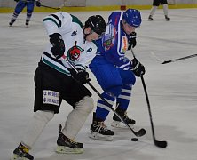 Čtyřmi kanadskými body za dva góly a dvě asistence se v utkání s Vimperkem blýskl krumlovský Josef Krcho (vlevo, v souboji s hostujícím Ladislavem Paulem).