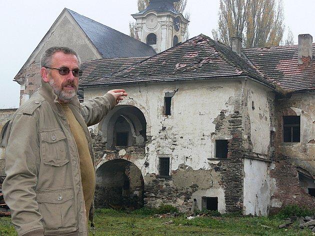 Ani starosta Omlenice Karel Holub netuší, jaká bude nakonec budoucnost zámečku v Omleničce.