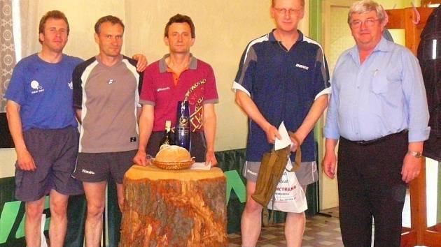 Při vyhlášení výsledků křemežského turnaje převzali věcné ceny čtvrtý Josef Töth, stříbrný Dušan Blaženec, úspěšný obhájce Jan Cipín a bronzový Jan Hůlka (na snímku zleva) z rukou Jaroslava Fraňka (vpravo), starosty Holubova.