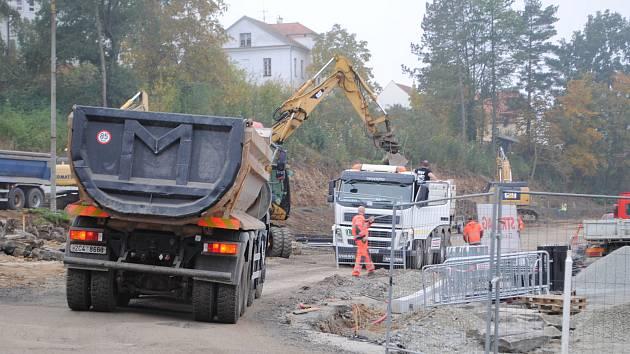 Z krumlovského autobusového nádraží je jedno velké staveniště.