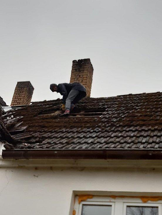 Do opravy střechy v Dobrém na Krumlovsku, ze které vítr sfoukl tašky, se pustila Eva Cieslarová.