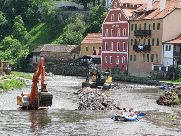 Svoji sezonu mají vodáci v Českém Krumlově zpestřenu o slalom mezi bagry.