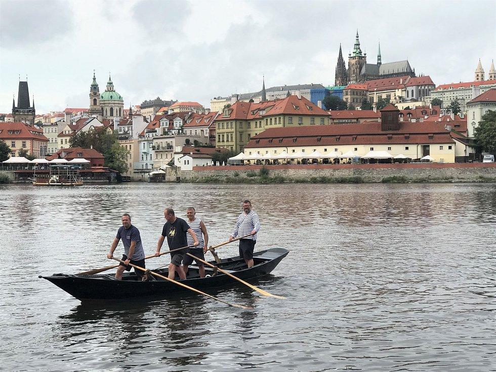Trénink na Vltavě na sandolu, které se ovládá podobně jako bissona. Na snímku Radek Šťovíček (zleva) s Vojtěchem Pokorným, Petrem Žabou a Zdeňkem Bergmanem.
