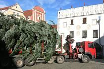 Transport vánočního stromu na náměstí v Českém Krumlově.