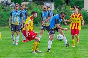 Fotbalisté Chvalšin (ve žlutočerveném) se v 2. kole krajské I. B třídy doma rozešli se Sedlecem smírně 2:2.