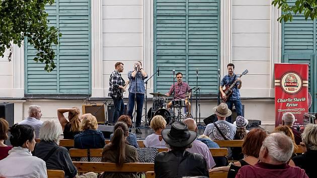 Jazz nad Vltavou se netradičně uskutečnil na terase Městského divadla.