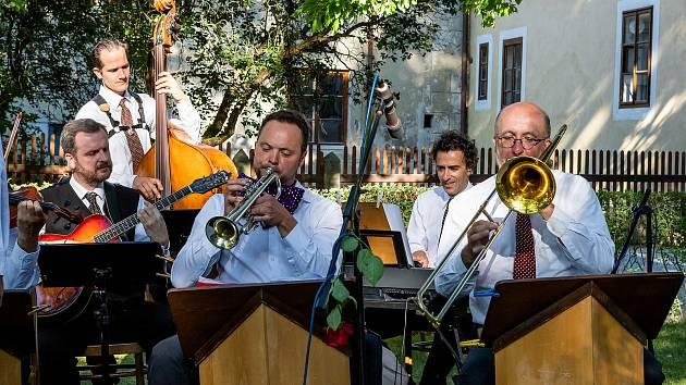 Koncert Jazzbandu Schwarzenberské gardy zněl pod stromovými velikány zámku.