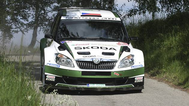 Jan Kopecký s Pavlem Dreslerem (na snímku ze závěrečné rychlostní zkoušky Lipno 2) přetrhli pětiletou šňůru neporazitelnosti Romana Kresty na krumlovských tratích a po vítězství na Jänner rallye, Valašce i Šumavě tak vyhráli i čtvrtou letošní soutěž MMČR.