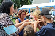 V Rožmitále se lidé všeho věku bavili třeba při soutěži v pojídání koláčů. Program ale postupně uvedl řadu vystoupení.