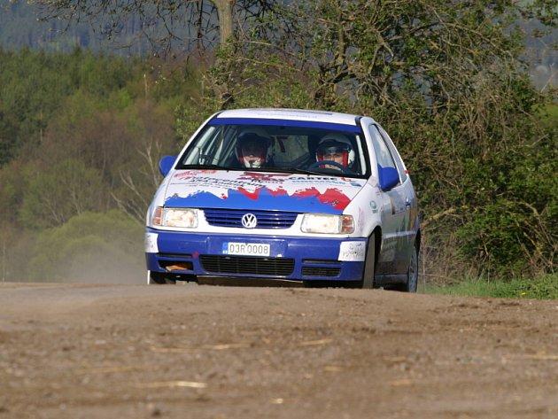 Pavel Korčák a Milan Jirka vstoupili do automobilových soutěží třetím místem při loňské Rallye Č. Krumlov. Letos se na domácí půdě předvedli velmi dobrým výkonem a s Volkswagenem Polo 1.4 16V (na snímku z RZ Dobrné I.) si ve třídě N1 dojeli pro vítězství.