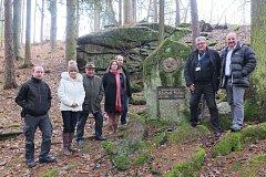 Členové jihočeské společnosti Geomed po setkání zašli k pomníku Adalberta Stiftera na naučné stezce v Benešově nad Černou.