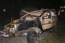 Po pádu auta mezi stromy u potoka jeden muž uvnitř zemřel.