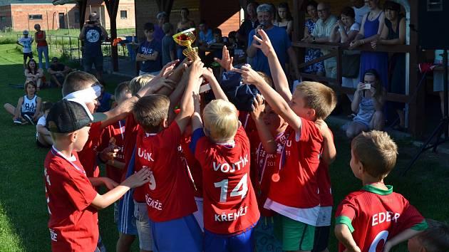 Trofej okresních přeborníků v kategorii mladších přípravek vybojovali v sezoně 2018/19 benjamínci společenství Sokola Křemže a SK Holubov.