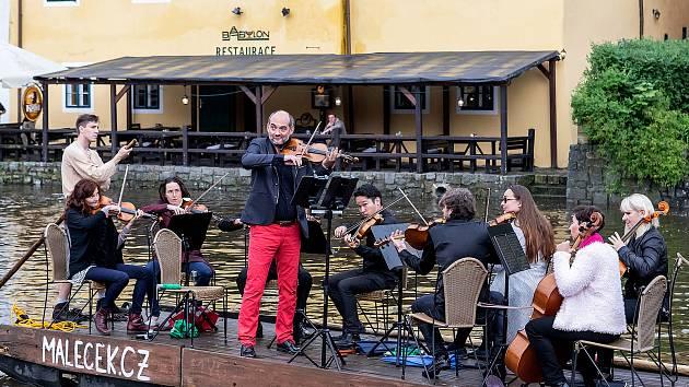 Koncert Jihočeské filharmonie na voru, Krumzušbandu na náměstí a v ulicích hráli i jiní muzikanti.