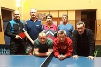 V krajské soutěži tabletenistů se hrálo okresní derby mezi Dolním Třebonínem a Křemží (snímek všech aktérů), v němž se z jasné výhry 10:4 radovali hosté.