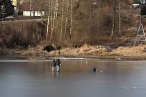 Rodina s malým dítětem se ve Frymburku na led v pátek vydala i přesto, že led je ještě slabý. Naštěstí se neprobořili.